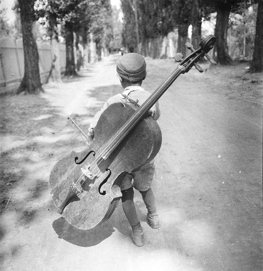 Eva Besnyö, Junge mit dem Cello, Balaton, Ungarn 1931, Silbergelatine © Eva Besnyö / MAI