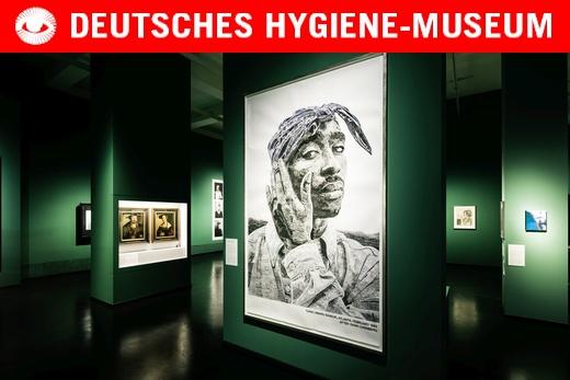Museumraum mit Potrait von einem afro-amerikanischen Musiker im Vordergrund
