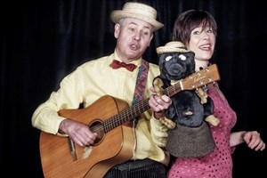 Ein Foto von Christof und Vladislava Altmann mit Mualwurpuppe und Gitarre