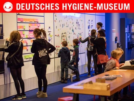 Besucherinnen und Besucher erkunden spielerisch die Ausstellung Sprache
