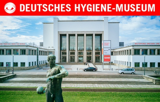 Museumsvorplatz mit Ballwerfer-Statue